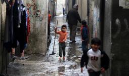 إصابة ثلاثة فلسطينيين في انهيار سقف منزل بمخيم الشاطئ للاجئين