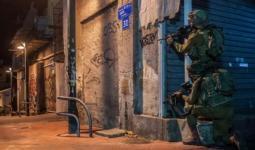 حملة اقتحامات واعتقالات بالضفة المحتلة وسرقة جيب عسكري في قاعدة عسكرية