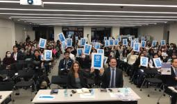 طلاب جامعة طوكيو يرفعون شعار حملة دعم
