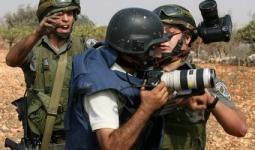 من الأرشيف أثناء تعامل جنود من جيش الاحتلال بعنف مع الصحفيين الفلسطينيين