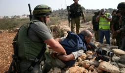 صورة أرشيفية خلال اعتداء جنود الاحتلال على أحد الصحفيين