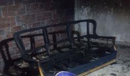 جانب من الحريق الذي اندلع في منزل اللاجئ وليد المصري