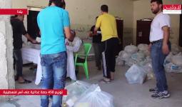 خلال عملية توزيع المساعدات الغذائية