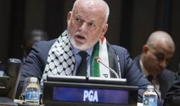 رئيس الجمعية العامة للأمم المتحدة بعد ارتدائه العلم الفلسطيني خلال جلسة في مقر الجمعية بمناسبة اليوم العالمي للتضامن مع الشعب الفلسطيني.