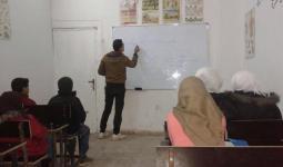 طلاب يتلقون تعليمهم في المدرسة البديلة بمخيم درعا