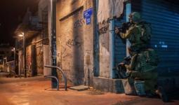 حملة اعتقالات بالضفة المحتلة تطال مخيّمات العرّوب والفوّار وعايدة