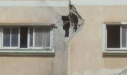 صورة للمنزل الذي سقطت عليه القذيفة