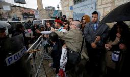 الفلسطينيون يتظاهرون لمنع وصول البطريرك للمهد.. والأجهزة الأمنيّة تؤمّن وصوله