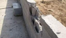 فلسطين المحتلة- آثار القصف المدفعي لمنازل المواطنين شرقي خانيونس فجراً