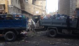 الصورة خلال عملية رفع النفايات من الشارع الفوقاني في مخيم عين الحلوة