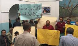 محتجون من أهالي مخيم الفوار في الضفة المحتلة يقتحمون مقر