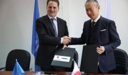المفوض العام للأونروا بيير كرينبول والسفير أوكوبو يوقعان اتفاقيتي تبرع من اليابان من أجل مشروع الألواح الشمسية. © الأونروا 2018 تصوير مروان بغدادي