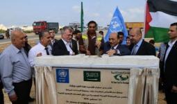 الوزير الحساينة ومدير عمليات وكالة الغوث أثناء وضع حجر الأساس لمستودعات