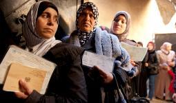 نساء فلسطينيات في مركز التوزيع التابع للأونروا في مخيم جرمانا بدمشق