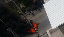 الصورة خلال اغلاق شبان شارع القدس شرقي نابلس المحتلة