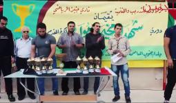 خلال عملية توزيع الكؤوس والجوائز على الفرق الفائزة
