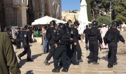 قوات الاحتلال تقتحم ساحات الأقصى وتحاصر المصلّين