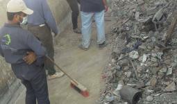 جانب من العمل على إزالة النفايات في مجرى نهر الأعوج