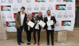 الطالب الفلسطيني أمين طه مع فريقه