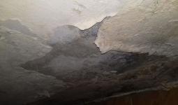 احد اسقف المنازل المتضررة في مخيم عين الحلوة