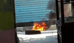 خلال إحراق الإطارات المطاطية في الشارع الفوقاني