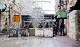 المستوطنون وقوات الاحتلال يُجددون هجماتهم على الفلسطينيين في الخليل المحتلة