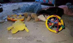 من استهداف طيران الاحتلال فجر الخميس لمنزل عائلة خماش في دير البلح الذي استشهدت فيه أم وطفلتها
