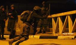 خلال انتشار قوات الاحتلال والمستوطنين على مفرق بيت عينون شرقي الخليل المحتلة مساء الخميس