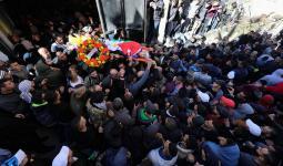 الفلسطينيّون يُشيّعون جثمان الشهيد نخلة ابن مُخيّم الجلزون