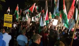مُتظاهرون عراقيّون يقتحمون السفارة البحرينيّة في بغداد ويرفعون علم فلسطين
