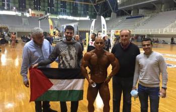 شاب فلسطيني يحصل على الميدالية الفضية في كمال الأجسام