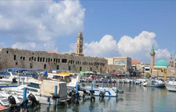 ميناء عكا المهجور قبالة مسجد الميناء وبرج الساعة الذي تسيطر عليه سلطة الآثار الإسرائيلية (الجزيرة نت)