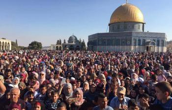 توافد آلاف المقدسيين إلى المسجد الأقصى بعد اعتداءات الاحتلال