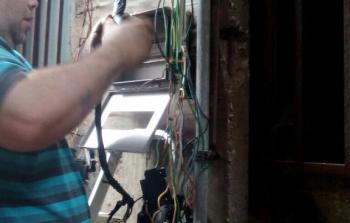 تركيب علب كهرباء جديدة في مخيّم برج البراجنة