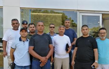 رجال أعمال فلسطينيين أمام أحد البنوك في صور - موقع مخيم البص الإخباري