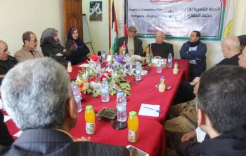 رئيس دائرة شؤون اللاجئين زكريا الاغا خلال زيارته للجنة الشعبية للاجئين في قطاع غزة