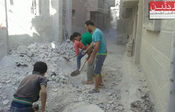 ازالة اثار الركام نتيجة القصف على مخيم درعا