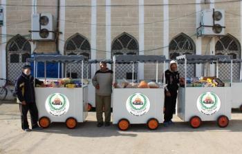عربات متجوّلة لمساعدة الأسر الفقيرة في مخيم النصيرات للاجئين