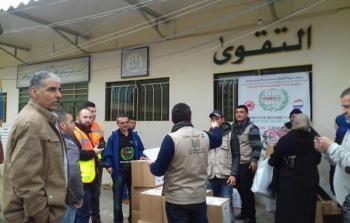 توزيع مساعدات على العائلات الفلسطينية النازحة من سورية في مخيم البداوي