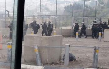صورة لقوات جيش الاحتلال تلقي قنابل الغاز أثناء المواجهات