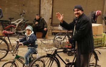 مساعدات إغاثيّة للأهالي المحاصرين في مخيّم اليرموك..والفرحة لم تكتمل