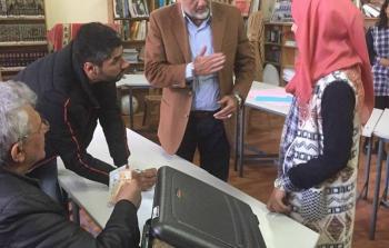 خلال عملية توزيع بدل المواصلات على الطلاب الفلسطينيين