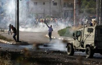 مواجهات عنيفة في نابلس المحتلة واعتقال متطوّع إسعاف في مخيّم الجلزون