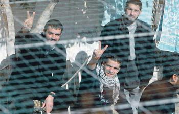 مشاورات حول إضراب مفتوح عن الطعام لكافة الأسرى في سجون الاحتلال