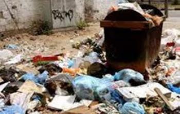 من النفايات المتراكمة في مخيم برج الشمالي