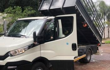 لجنة مخيّم نور شمس تتسلّم شاحنة لإتمام مشروع إعادة تدوير النفايات الصلبة