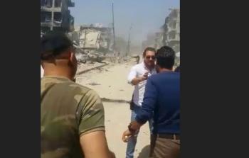 أفراد من قوات النظام أمام ركام شارع اليرموك
