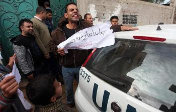 مُتضررون من عدوان الاحتلال يتظاهرون أمام مقر