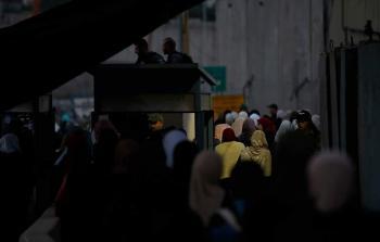 فلسطينيّون يتوافدون عبر حاجز قلنديا العسكري شمالي القدس المحتلة للصلاة في الأقصى . تصوير: حمزة شلش