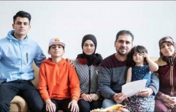 اللاجئ الفلسطيني خالد الحسني وبعض من أفراد عائلته
